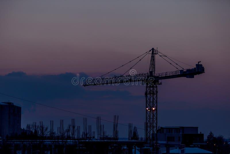 Solnedgång i ett industrized område arkivbild