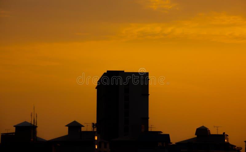 Solnedgång i förortbakgrunden som den ser kall arkivfoto