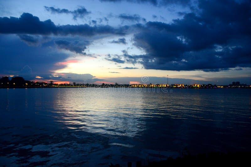 Solnedgång i floden arkivbild