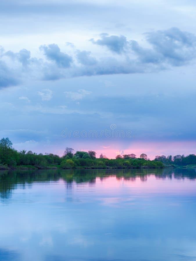 Solnedgång i floden med reflex arkivfoton