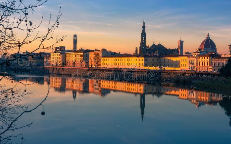 Solnedgång i Florence som reflekterar i den Arno floden, Italien royaltyfria bilder
