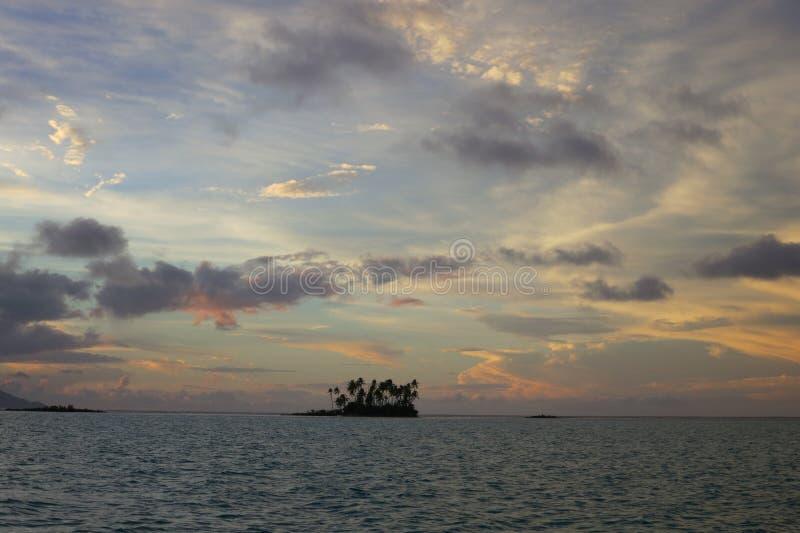 Solnedgång i franska Polynesien öar royaltyfri fotografi