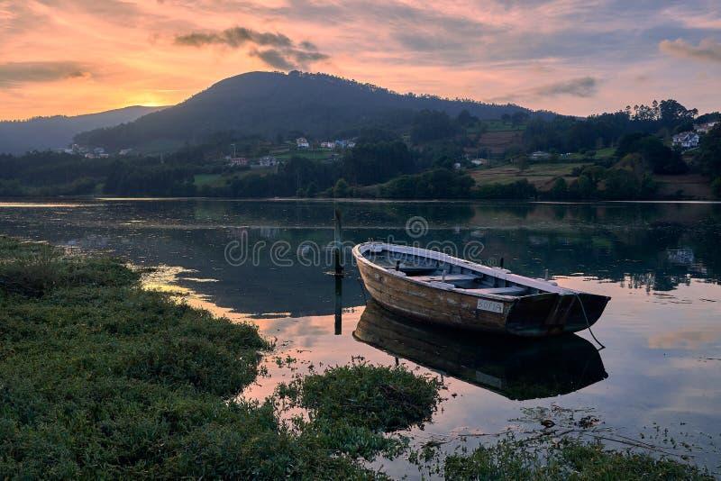 Solnedgång i gammalt fartyg arkivbild