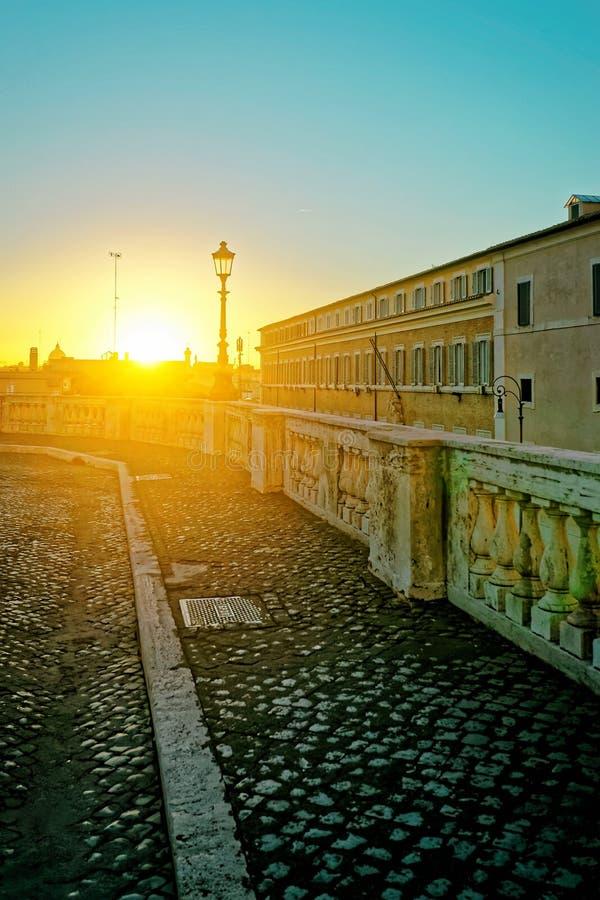 Solnedgång i gata i gammal stad av Rome i Italien royaltyfri bild