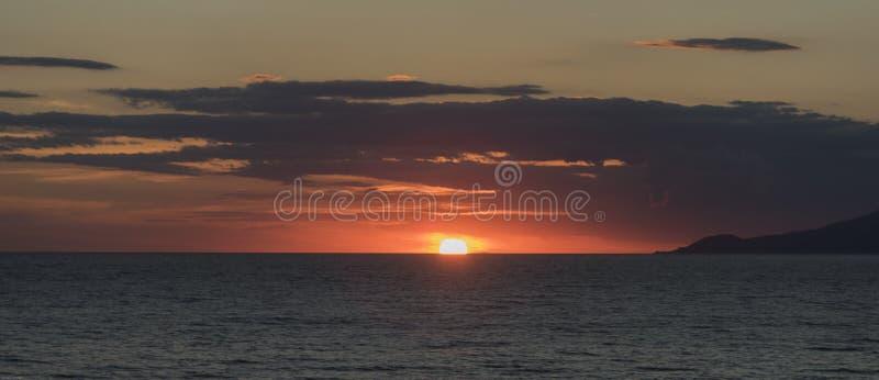 Solnedgång i golfen av Palinuro italy royaltyfria bilder