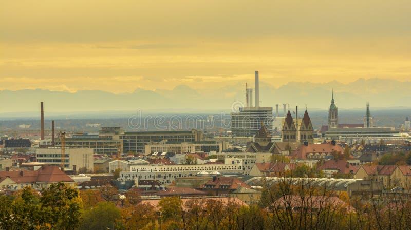Solnedgång i höstsäsong, över Munich royaltyfri foto