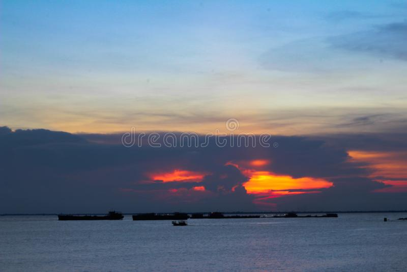 Solnedgång i havet royaltyfria foton