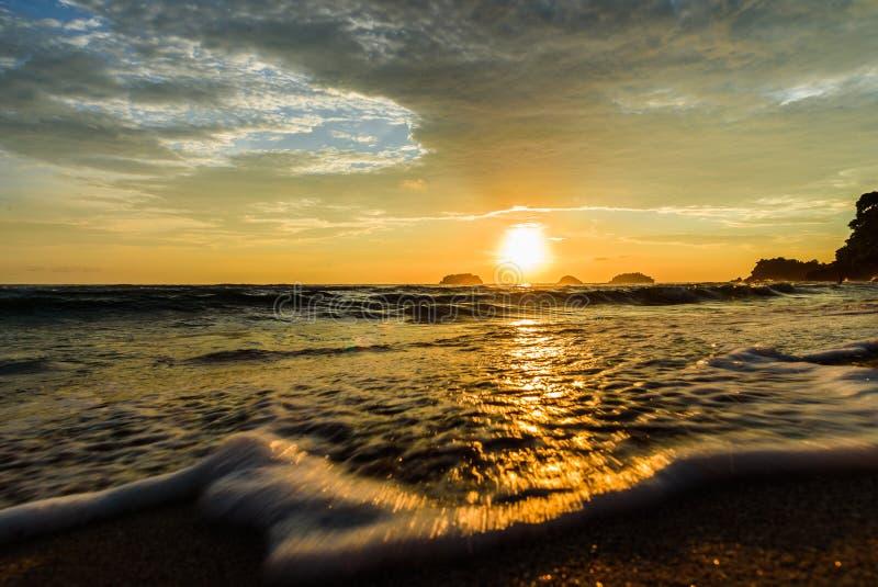 Solnedgång i havet arkivbilder