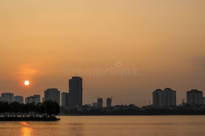 Solnedgång i Ho Tay, Hanoi, Vietnam royaltyfria bilder