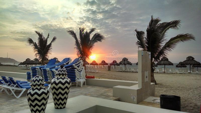 Solnedgång i hotellet Decameron Tumbes Perú arkivfoton