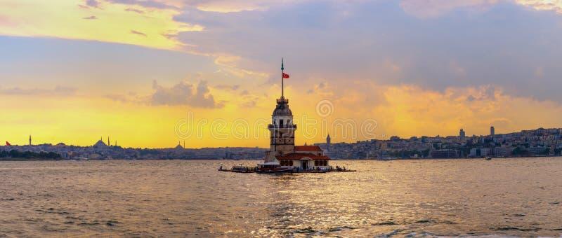 Solnedgång i Istanbul, Turkiet Sikt av det jungfru- tornet och Bosphorusen arkivfoto