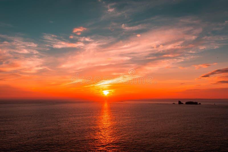 Solnedgång i Kabaret-Sur-MER, Brittany, Frankrike arkivbilder