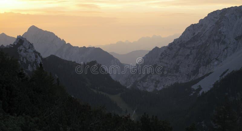 Solnedgång i Karawanken i Slovenien royaltyfri bild