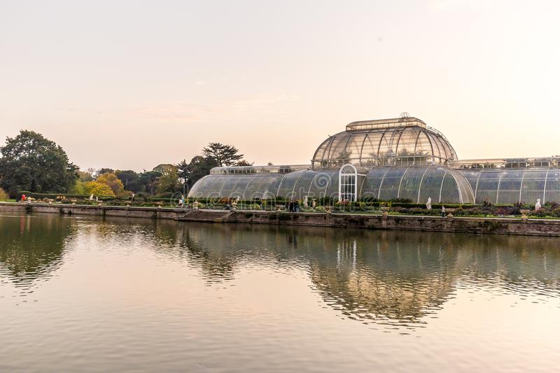 Solnedgång i Kew trädgårdar, London arkivfoton