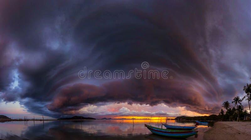 Solnedgång i Koh Samui, Thailand panorama royaltyfri foto