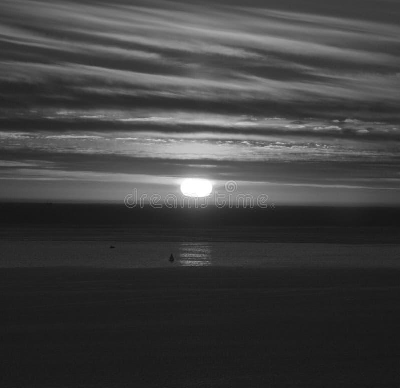 Solnedgång i Laguna strandsvart och royaltyfri foto