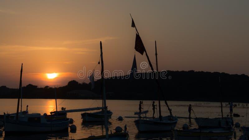 Solnedgång i lite port i franska Riviera royaltyfri bild