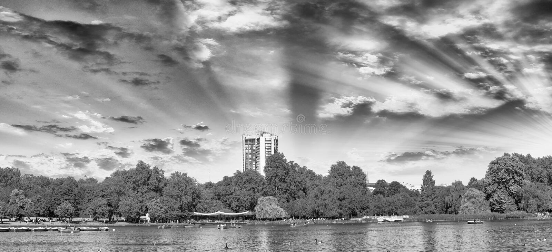 Solnedgång i London Hyde Park, panoramautsikt royaltyfri foto