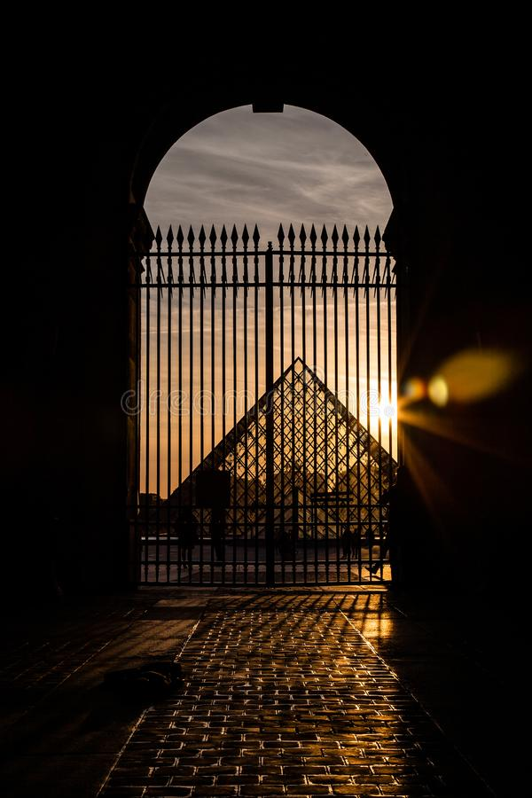 Solnedgång i Louvremuseet, Paris, Frankrike 2018 arkivbild