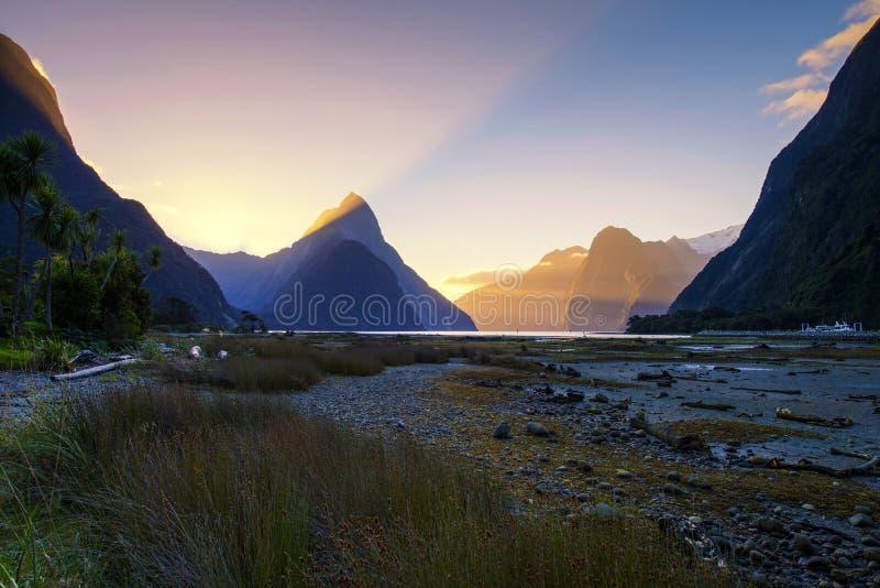 Solnedgång i Milford Sound, Nya Zeeland fotografering för bildbyråer