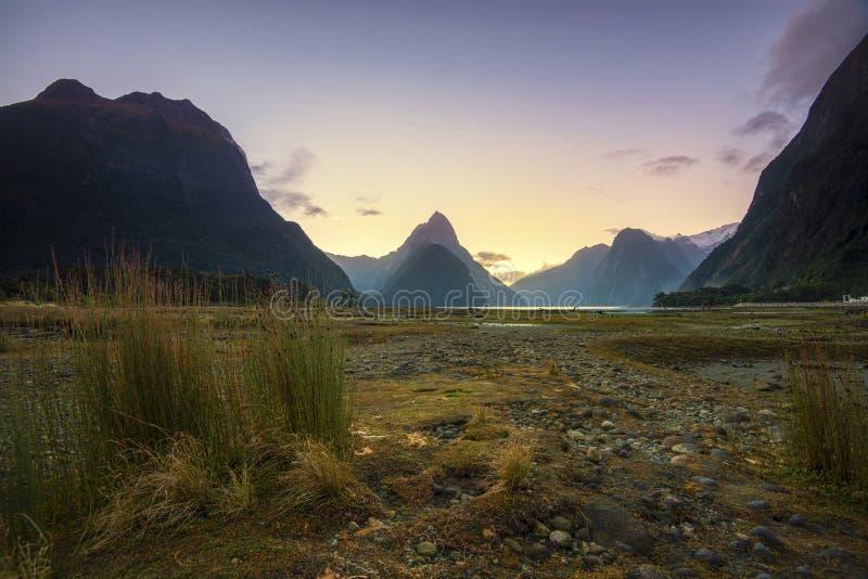 Solnedgång i Milford Sound, södra ö som är ny royaltyfria foton
