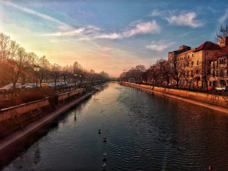 Solnedgång i min stad arkivfoton
