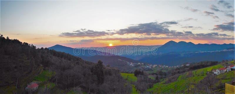 Solnedgång i Mondim de Basto, Portugal arkivbild