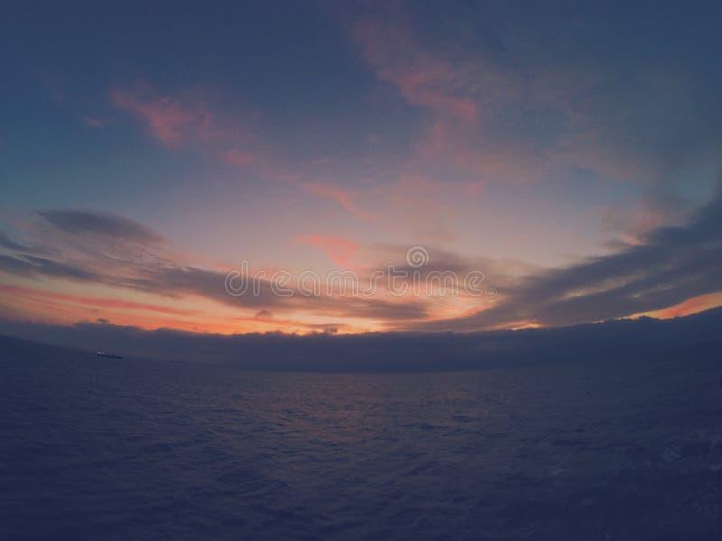 Solnedgång i Nordsjön royaltyfria bilder