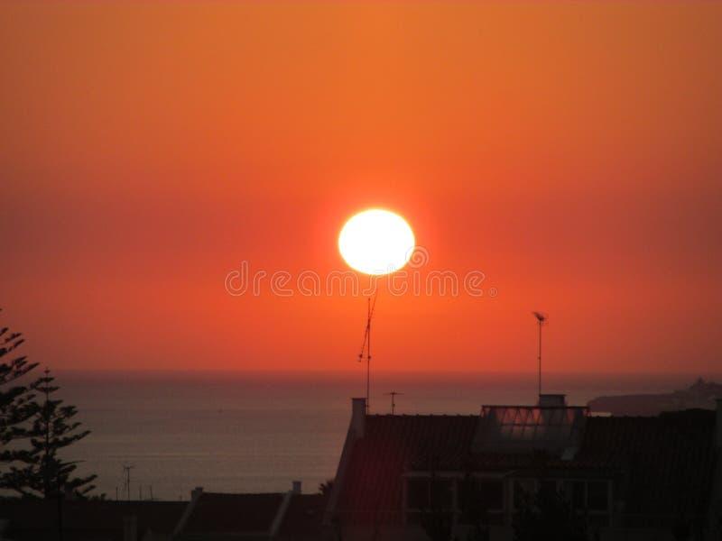 Solnedgång i Oeiras, Portugal royaltyfri bild