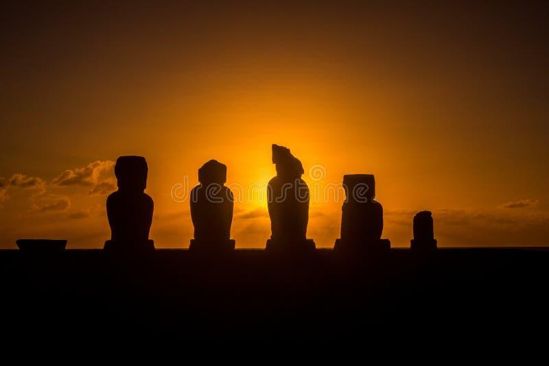 Solnedgång i påskön, moais på Ahu Tahai arkivfoton