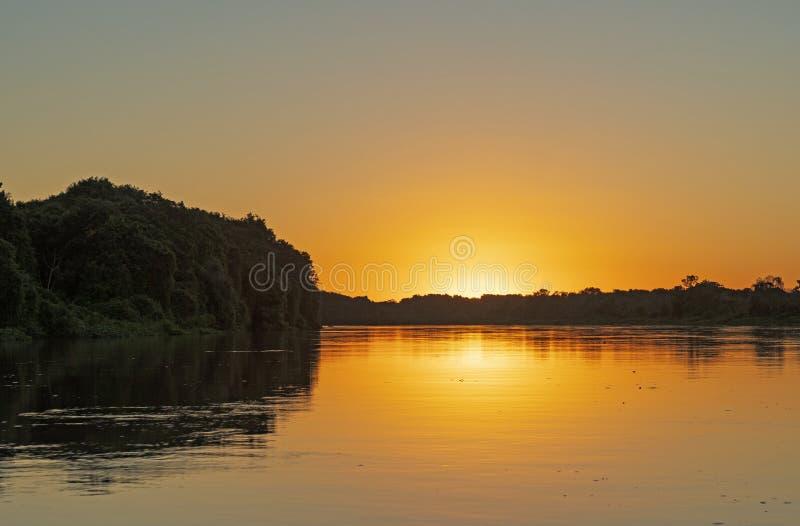 Solnedgång i Pantanalfloden royaltyfria foton