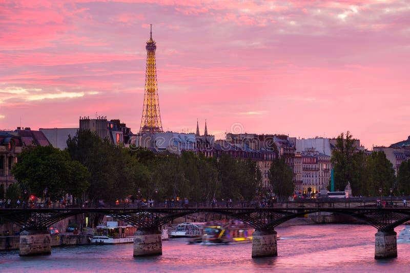 Solnedgång i Paris över floden Seine arkivfoto