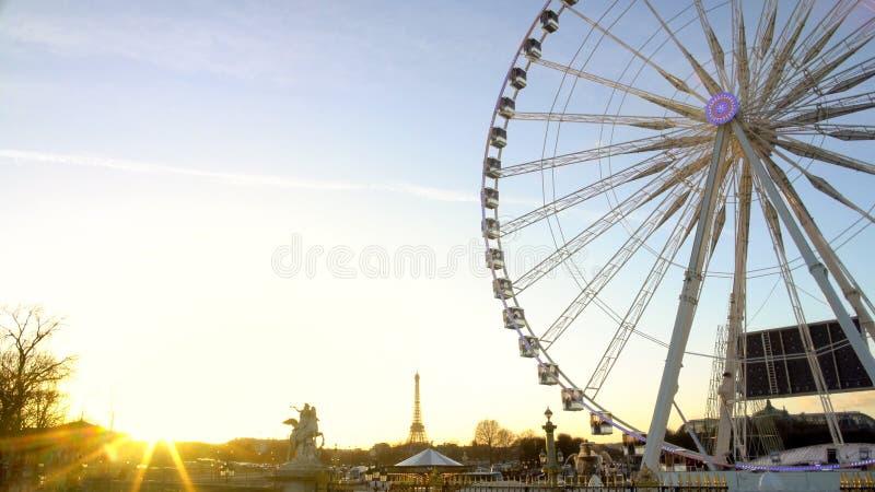 Solnedgång i Paris, Eiffeltorn på cityscapehorisonten, rotera för observationshjul arkivfoto