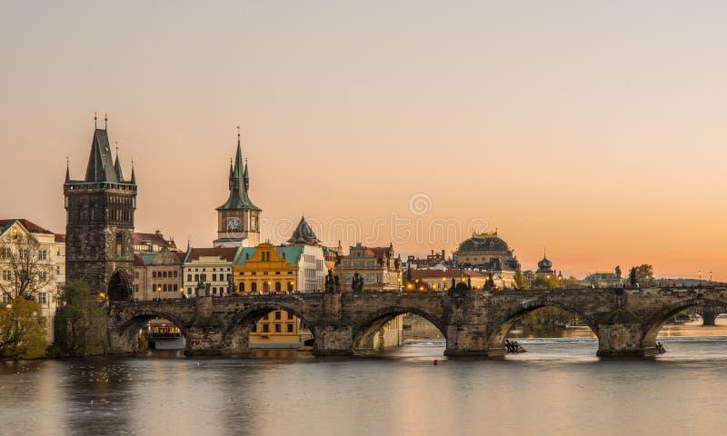 Solnedgång i Prague, Charles bro arkivbild