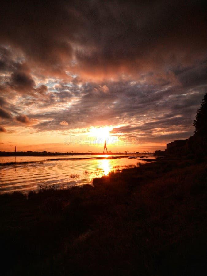 Solnedgång i Riga, Lettland, Europa arkivfoton