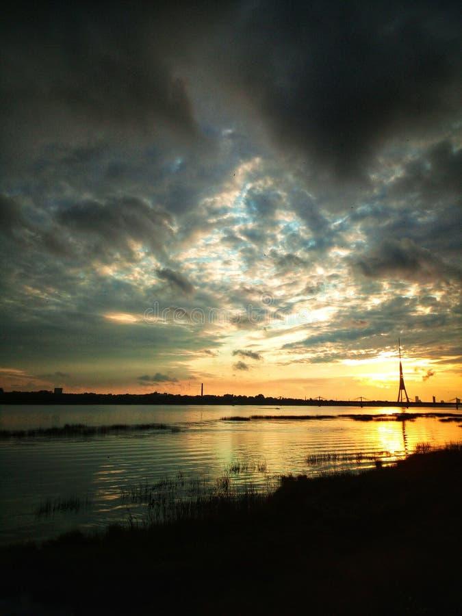 Solnedgång i Riga, Lettland, Europa arkivfoto