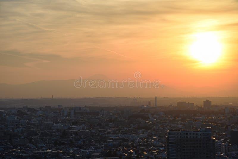 Solnedgång i Setagaya-ku, Tokyo, Japan med Mount Fuji royaltyfri foto