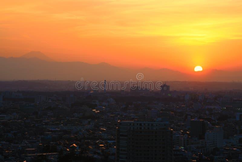 Solnedgång i Setagaya-ku, Tokyo, Japan med Mount Fuji royaltyfri bild