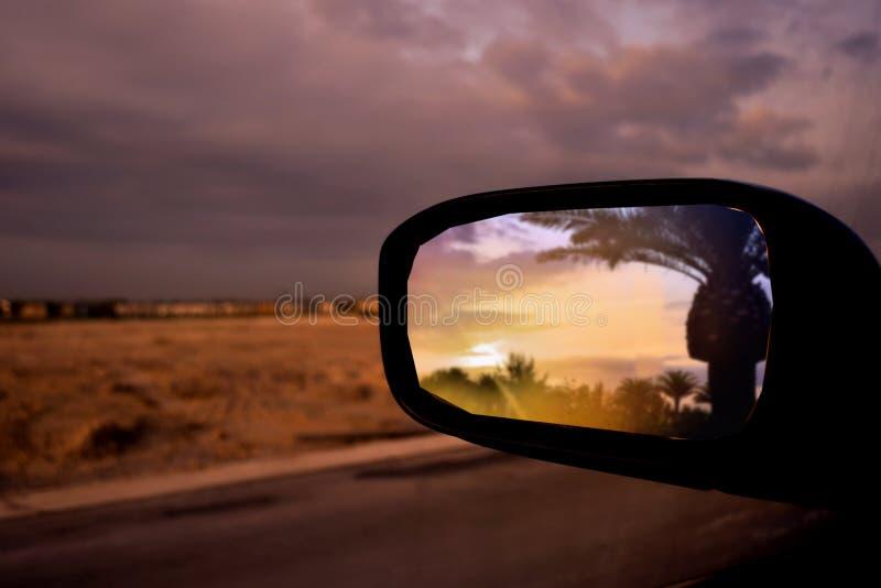 Solnedgång i spegel fotografering för bildbyråer