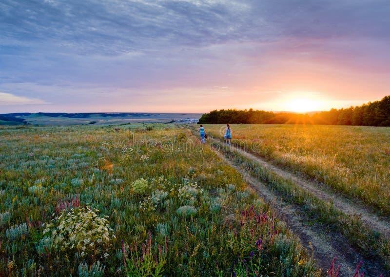 Solnedgång i stäppen Ryssland arkivbild