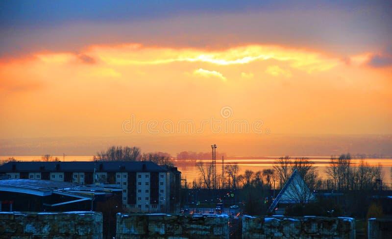 Solnedgång i staden arkivfoto