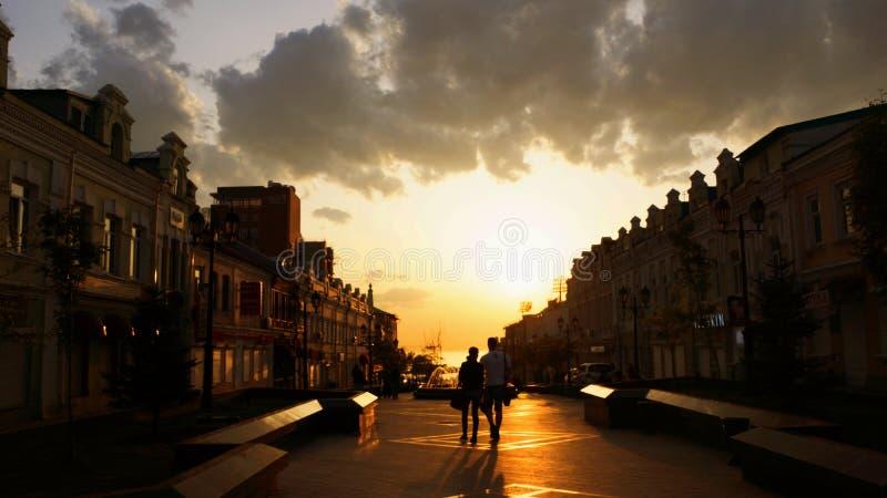 Solnedgång i staden arkivbild