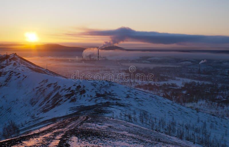 Solnedgång i staden av Karabash arkivfoton