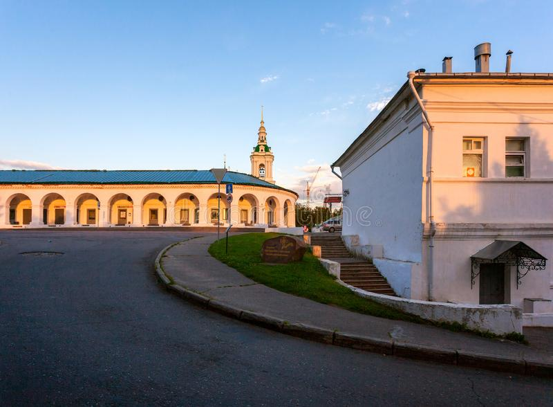 Solnedgång i staden av Kostroma Handla rader Ryssland royaltyfri foto