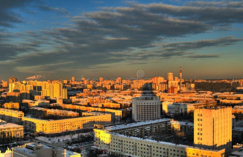 Solnedgång i staden av Yekaterinburg royaltyfria foton