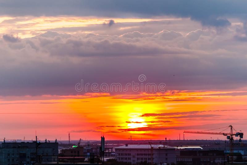 Solnedgång i staden royaltyfria foton
