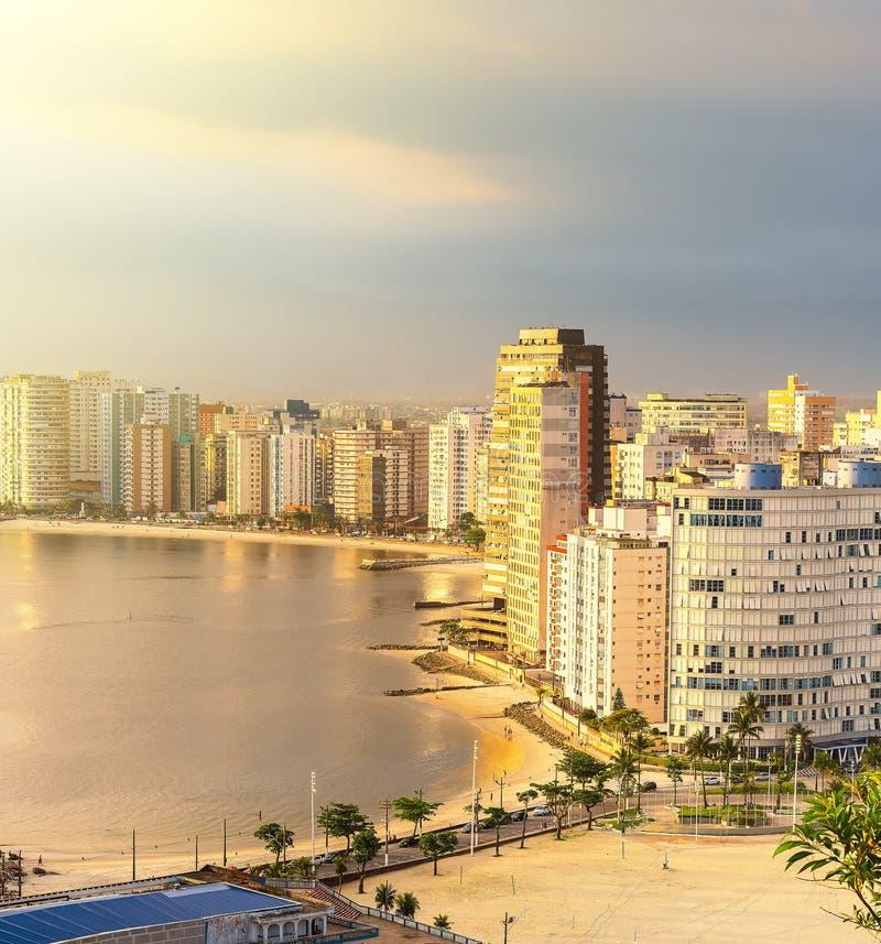 Solnedgång i staden Sao Vicente, SP Brasilien royaltyfria foton