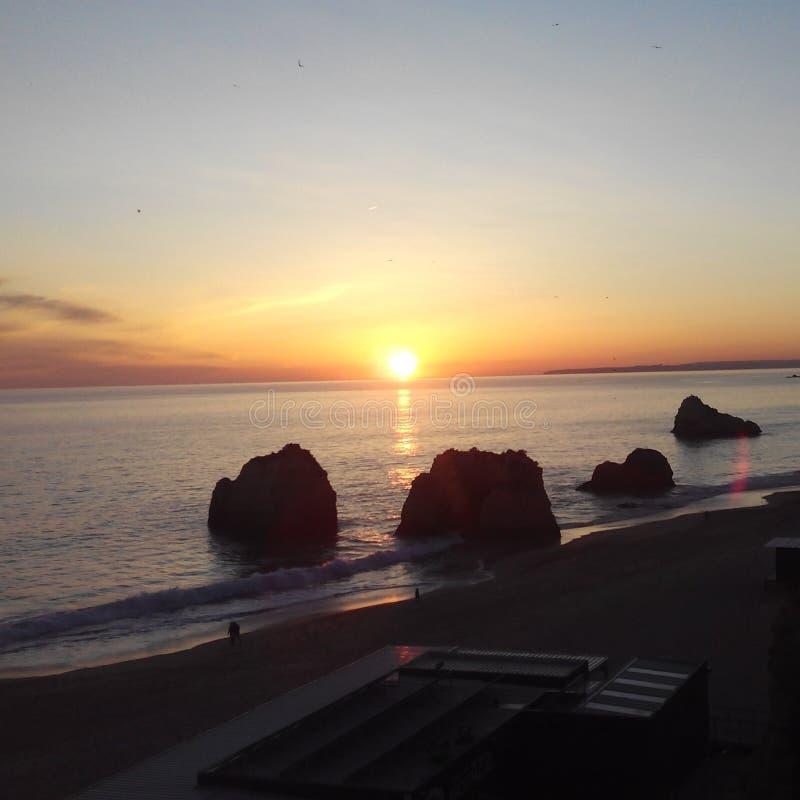 Solnedgång i strand för Praiada Rocha royaltyfria bilder
