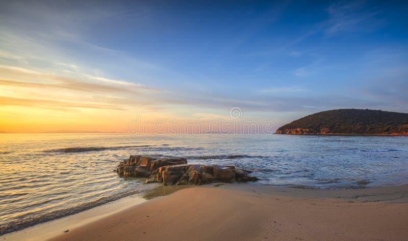 Solnedgång i stranden i Cala Violina Bay i Maremma, Toscana Medelhavet Italien fotografering för bildbyråer