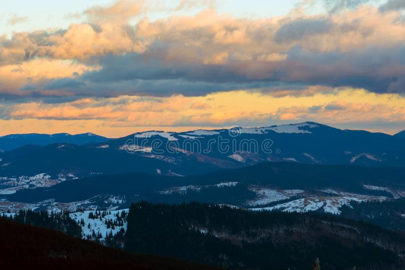 Solnedgång i vinterberg efter häftig snöstorm royaltyfri fotografi